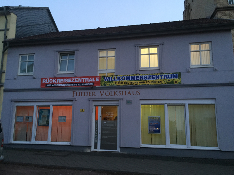 Rückreiseberatung für Fluchtsimulanten und Touristenbegrüßung im Flieder Volkshaus