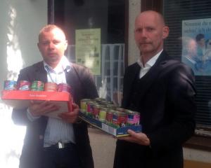 Patrick Wieschke und Hannjo Wegmann bei der Übergabe der Lebensmittelspende.